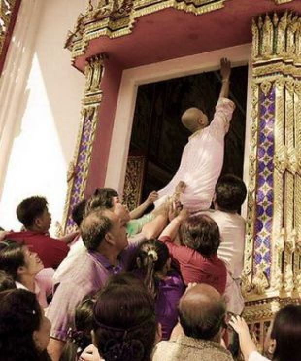 กระจ่างแล้ว!! ก่อนนาคจะเข้าโบสถ์ ทำไมต้อง เอามือแตะขอบประตูโบสถ์ นี่คือคำตอบ!