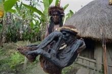 ภาพวิถีชีวิตและการทำมัมมี่รมควันของชนเผ่าดานิชนเผ่าเก่าแก่ในปาปัวนิวกินี