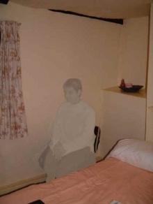 เรื่อง เงาใครในห้องนอน