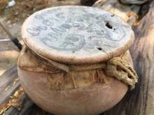 ขนลุก! ชาวบ้านได้ยินเสียงโหยหวนลั่นคุ้งน้ำ เดินไปดูพบหม้อดินเผา ปิดด้วยยันต์อักขระเขมร