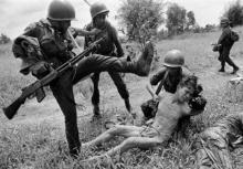 """ภาพถ่ายสุดสะเทือนใจ """"สงคราม"""" เรื่องจริงที่โคตรโหดร้าย!!"""